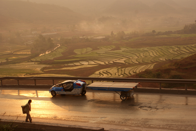 Solartaxi driving through Chinese rice terraces