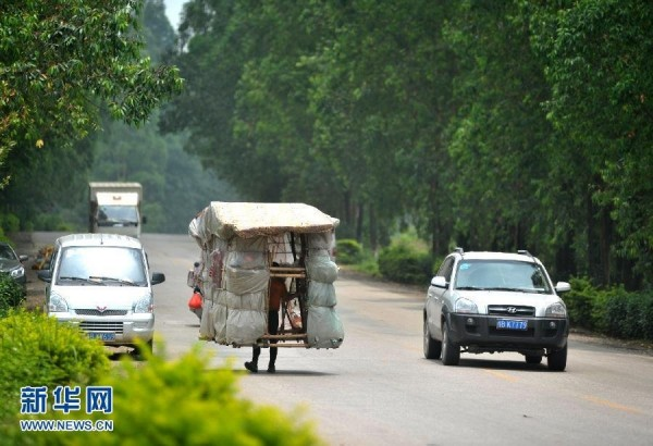 liu-lingchao-guanxi-chinese-man-spends-5-years-walking-home-carrying-portable-home-on-shoulders-01-600x410