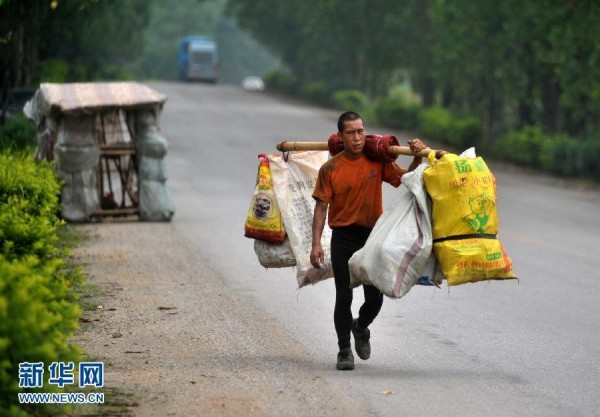 liu-lingchao-guanxi-chinese-man-spends-5-years-walking-home-carrying-portable-home-on-shoulders-02-600x417
