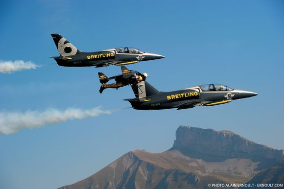 yves-jetman-rossy-flying-next-to-breitling-jets
