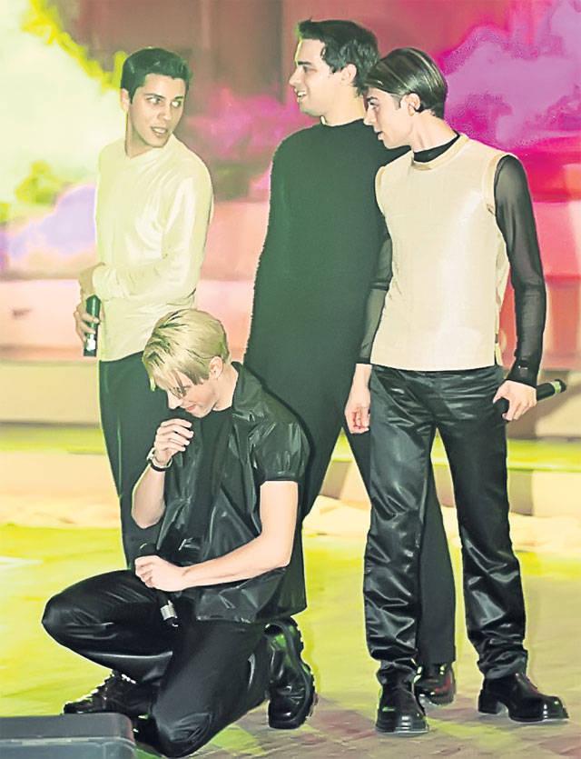 Popstar Andrei Rosu in Gaz Pe Foc (on the far right)