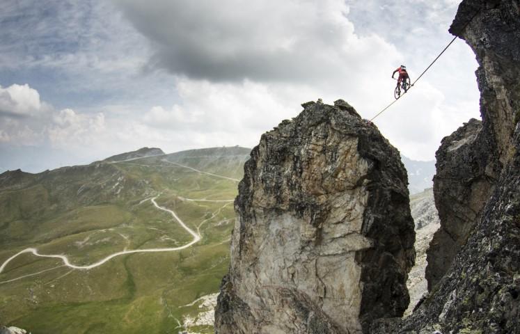 mountainbiking a slackline